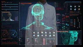 Θηλυκός γιατρός σχετικά με την ψηφιακή οθόνη, περιστρεφόμενο σώμα ρομπότ ανίχνευσης στην ψηφιακή διεπαφή παρουσίαση τεχνητή νοημο απόθεμα βίντεο