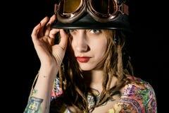 Θηλυκός γοτθικός πολεμιστής στα πειραματικά παλαιά γυαλιά που θέτουν με το ξίφος katana Στοκ φωτογραφίες με δικαίωμα ελεύθερης χρήσης