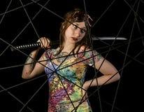 Θηλυκός γοτθικός πολεμιστής στα πειραματικά παλαιά γυαλιά που θέτουν με το ξίφος katana Στοκ φωτογραφία με δικαίωμα ελεύθερης χρήσης