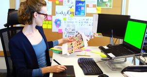 Θηλυκός γραφικός σχεδιαστής που εργάζεται στη γραφική ταμπλέτα φιλμ μικρού μήκους