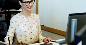 Θηλυκός γραφικός σχεδιαστής που εργάζεται στο γραφείο φιλμ μικρού μήκους