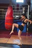 Θηλυκός εγκιβωτισμός άσκησης μπόξερ με punching την τσάντα Στοκ Εικόνα