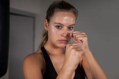 Θηλυκός εγκιβωτισμός άσκησης μπόξερ στο στούντιο ικανότητας Στοκ φωτογραφία με δικαίωμα ελεύθερης χρήσης