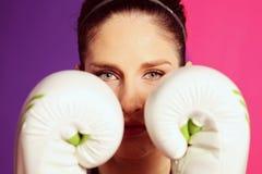 Θηλυκός εγκιβωτισμός γυναικών με τα άσπρα γάντια Στοκ Εικόνες