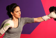 Θηλυκός εγκιβωτισμός γυναικών με τα άσπρα γάντια Στοκ εικόνα με δικαίωμα ελεύθερης χρήσης