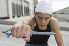 0 θηλυκός εγκληματίας που κρατά ένα όπλο Στοκ εικόνα με δικαίωμα ελεύθερης χρήσης