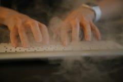Θηλυκός λειτουργώντας υπολογιστής καπνιστών Στοκ Εικόνες