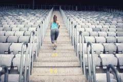 Θηλυκός εκπαιδευτής ικανότητας που επιλύει στα σκαλοπάτια, που εκπαιδεύει και που κάνει τις ασκήσεις στοκ εικόνες