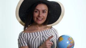Θηλυκός εξερευνητής με τη σφαίρα στα χέρια της - που απομονώνονται απόθεμα βίντεο