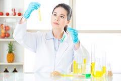 Θηλυκός επιστήμονας που ψάχνει τη νέα γενετική τροποποίηση Στοκ εικόνες με δικαίωμα ελεύθερης χρήσης