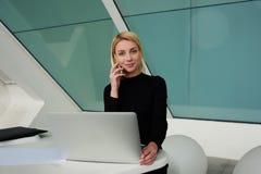 Θηλυκός επιχειρηματίας που εξετάζει τη κάμερα τηλεφωνώντας μέσω του κινητού έξυπνου τηλεφώνου Στοκ Φωτογραφία