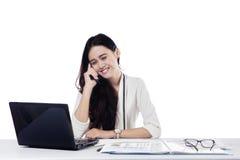 Θηλυκός επιχειρηματίας που μιλά στο κινητό τηλέφωνο Στοκ εικόνα με δικαίωμα ελεύθερης χρήσης