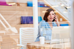 Θηλυκός επιχειρηματίας που μιλά στο τηλέφωνό της στο σύγχρονο γραφείο Στοκ φωτογραφίες με δικαίωμα ελεύθερης χρήσης
