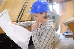 Θηλυκός εργάτης οικοδομών για την περιοχή εργασίας Στοκ Φωτογραφίες