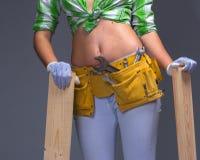 Θηλυκός εργάτης οικοδομών με Toolbelt Στο λευκό Στοκ φωτογραφίες με δικαίωμα ελεύθερης χρήσης