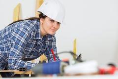 Θηλυκός εργάτης οικοδομών που εξετάζει τη κάμερα Στοκ Φωτογραφίες