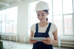 Θηλυκός εργάτης οικοδομών που χρησιμοποιεί την ταμπλέτα Στοκ φωτογραφία με δικαίωμα ελεύθερης χρήσης