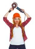 Θηλυκός εργάτης οικοδομών σε ένα σκληρό καπέλο με το μύλο γωνίας Στοκ Φωτογραφία