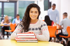 Θηλυκός εφηβικός σπουδαστής στην τάξη με τα βιβλία Στοκ φωτογραφία με δικαίωμα ελεύθερης χρήσης