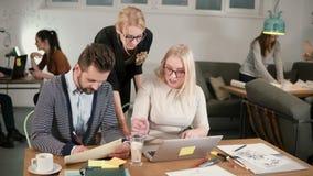 Θηλυκός ηγέτης που δίνει την κατεύθυνση στους εργαζομένους Δημιουργική συνεδρίαση των επιχειρησιακών ομάδων στο σύγχρονο γραφείο  φιλμ μικρού μήκους