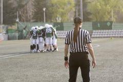Θηλυκός διαιτητής αμερικανικού ποδοσφαίρου που στέκεται στον τομέα και blurr Στοκ εικόνες με δικαίωμα ελεύθερης χρήσης