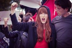 Θηλυκός διαμαρτυρόμενος με την αυξημένη πυγμή Στοκ Φωτογραφία