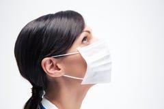 Θηλυκός ιατρός στη μάσκα που ανατρέχει Στοκ Φωτογραφία