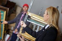 Θηλυκός διευθυντής που μιλά στον εργαζόμενο στην αποθήκη εμπορευμάτων Στοκ εικόνες με δικαίωμα ελεύθερης χρήσης