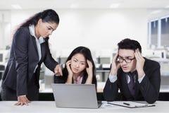 Θηλυκός διευθυντής που παρουσιάζει λάθος εργαζομένων στοκ φωτογραφίες