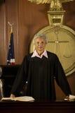 Θηλυκός δικαστής που στέκεται στο δικαστήριο το δωμάτιο Στοκ φωτογραφίες με δικαίωμα ελεύθερης χρήσης