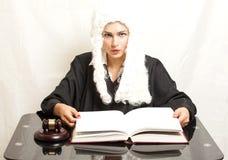 Θηλυκός δικαστής που φορά μια περούκα και έναν μαύρο μανδύα με gavel δικαστών Στοκ φωτογραφία με δικαίωμα ελεύθερης χρήσης