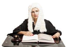 Θηλυκός δικαστής που φορά μια περούκα και έναν μαύρο μανδύα με gavel δικαστών και Στοκ Φωτογραφία