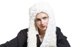 Θηλυκός δικαστής που φορά μια περούκα και έναν μαύρο μανδύα Στοκ Φωτογραφίες