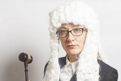 Θηλυκός δικαστής που φορά την περούκα και το μανδύα με eyeglasses που κρατούν ju Στοκ Εικόνες