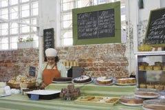 Θηλυκός ιδιοκτήτης που εργάζεται στο κατάστημα κέικ στοκ φωτογραφία