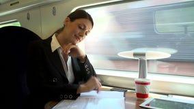 Θηλυκός κάτοχος διαρκούς εισιτήριου με τον καφέ στο τραίνο που λειτουργεί στο έγγραφο απόθεμα βίντεο