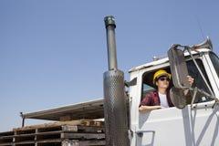 Θηλυκός καθρέφτης ρύθμισης βιομηχανικών εργατών καθμένος στο φορτηγό αναγραφών Στοκ φωτογραφία με δικαίωμα ελεύθερης χρήσης