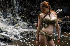 Θηλυκός κυνηγός με έναν ρίγο στο δάσος Στοκ Φωτογραφίες