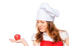 Θηλυκός μάγειρας με το κόκκινο μήλο Στοκ Φωτογραφίες