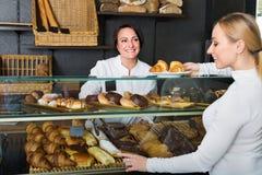 Θηλυκός μάγειρας που ένα επιδόρπιο στον πελάτη στον καφέ Στοκ φωτογραφία με δικαίωμα ελεύθερης χρήσης