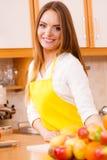 Θηλυκός μάγειρας που εργάζεται στην κουζίνα Στοκ φωτογραφία με δικαίωμα ελεύθερης χρήσης