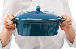Θηλυκός μάγειρας που κρατά το μπλε κεραμικό τηγάνι Στοκ φωτογραφία με δικαίωμα ελεύθερης χρήσης