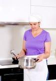Θηλυκός μάγειρας που μυρίζει τη συνταγή της στο δοχείο Στοκ Φωτογραφίες