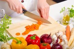Θηλυκός μάγειρας που προετοιμάζει τα τρόφιμα Στοκ Εικόνα
