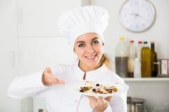 Θηλυκός μάγειρας που προετοιμάζει τα τρόφιμα Στοκ Φωτογραφία