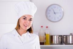Θηλυκός μάγειρας στην εργασία Στοκ εικόνα με δικαίωμα ελεύθερης χρήσης