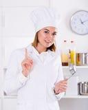 Θηλυκός μάγειρας στην εργασία Στοκ εικόνες με δικαίωμα ελεύθερης χρήσης