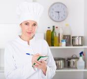 Θηλυκός μάγειρας στον καφέ Στοκ εικόνα με δικαίωμα ελεύθερης χρήσης