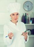 Θηλυκός μάγειρας στον καφέ Στοκ εικόνες με δικαίωμα ελεύθερης χρήσης