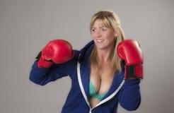 Θηλυκός μαχητής που φορά τα κόκκινα εγκιβωτίζοντας γάντια Στοκ φωτογραφίες με δικαίωμα ελεύθερης χρήσης